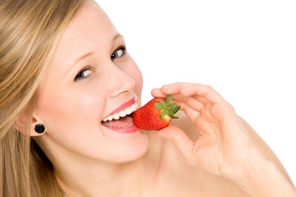 ăn dâu tây làm trắng răng